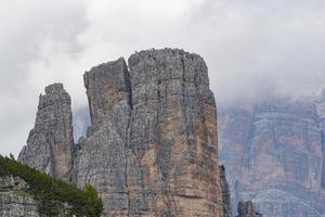 montañeros escalan los pináculos de los dolomitas foto