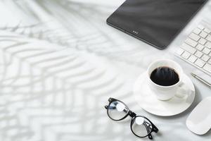 taza de café caliente en la oficina foto