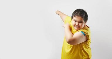 joven feliz después de la vacuna foto