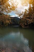 lago en la montaña foto