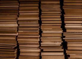 Cuatro pilas de libros antiguos fondo vintage foto
