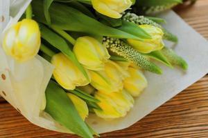 ramo de tulipanes amarillos foto