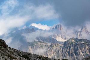 nubes sobre los picos de los dolomitas foto
