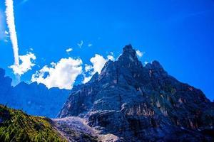 picos de los dolomitas en el lago sorapis foto