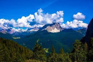 nubes y picos de los dolomitas foto