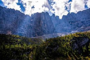 cielo y rocas de los dolomitas foto