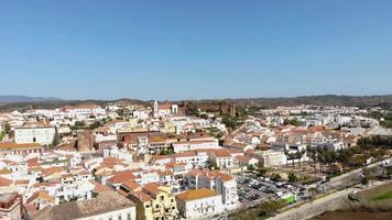 stadsbild utsikt över silvar i Algarve, Portugal - låg vinkel bana antenn skott video