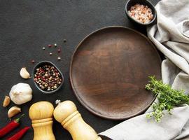 Cocinar utensilios de madera plato vacío y especias concepto de plantilla de cocina de alimentos foto