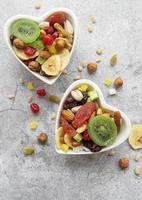 cuencos con diversos frutos secos y nueces foto