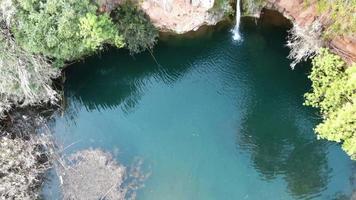 Images de drone 4K révélant le paysage autour de la cascade Pego Do Inferno au Portugal. video