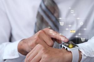 hombre de negocios que usa smartwatch y pantalla virtual y datos y tecnología de Internet en el concepto futuro foto