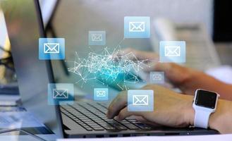 manos de persona usando laptop con interfaz de correo electrónico abstracta foto