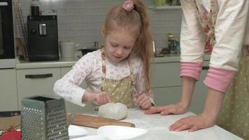 uma mulher e sua filha estão preparando pizza na cozinha de casa video