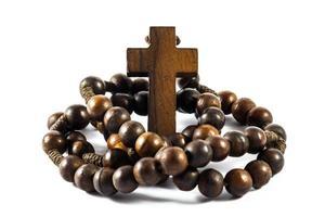 Rosario de madera y cruz con fondo aislado foto