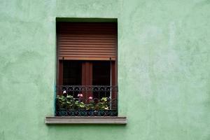 ventana en la fachada verde de la casa foto