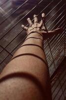 mano gesticulando en las sombras foto