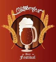 cartel del festival de celebración del oktoberfest con taza de cerveza y picos de cebada vector