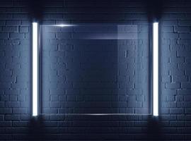 Placa de vidrio iluminado en la pared de ladrillo foto
