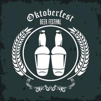 cartel del festival de celebración del oktoberfest con botellas de cerveza y marco de picos vector