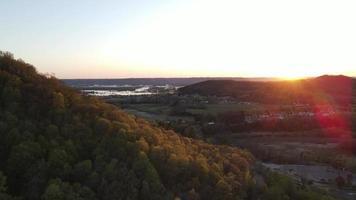 Rendu 4k d'un petit village sur les montagnes sur fond de ciel de lever de soleil video