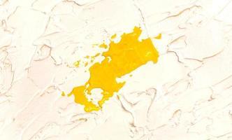 Fondo de textura de trazo de pincel de pintura de acuarela amarilla foto