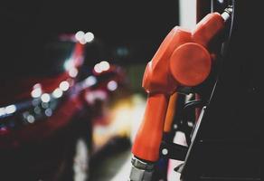 Boquilla de la bomba de aceite del dispensador de petróleo en la estación de servicio de gasolina foto