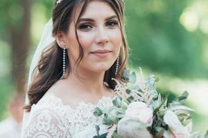 Fotografía de boda en estilo rústico emociones de la novia en la naturaleza. foto