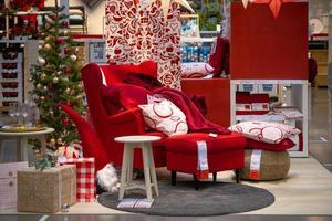 Mostrar muebles tema navideño en una tienda ikea. foto
