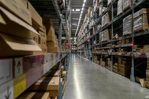 pasillo del almacén en una tienda ikea ikea es el minorista de muebles más grande del mundo foto
