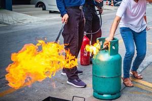 formación de empleados en extinción de incendios foto