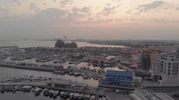 Limassols hamn i skymningen, Cypern - Flygfoto 4k drone video