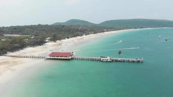 muelle con embarcadero. agua turquesa clara, playa tropical de arena blanca, koh rong samloem video
