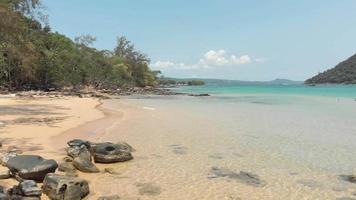 rent grunt vatten tvättar kusten och sveper den exotiska stranden i m'pai-bukten, ko rong sanloem, kambodja - flygplan på marknivå video