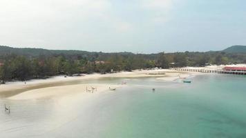 vista panorámica de la paradisíaca playa tropical en un día soleado. video