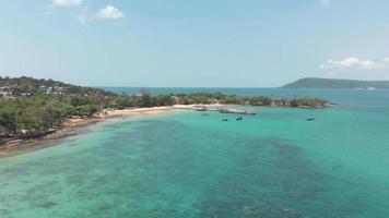 praia de areia tropical da baía de m'pai com cais de madeira rústica, koh rong samloem, camboja video