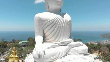 el gran buda de phuket, sentado estatua de buda maravija en phuket, tailandia. tiro del pedestal video
