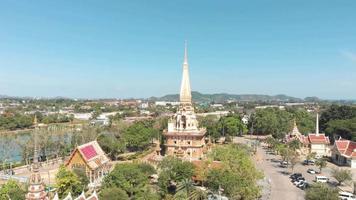 Vista de escaparate del templo budista más grande de Wat Chaiyataram en Phuket, Tailandia - Toma aérea amplia video