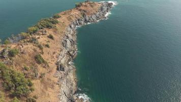 vista do cabo promthep, ponta mais meridional de phuket, tailândia - foto revelada com inclinação para cima video