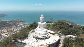 Vue de parallaxe du Grand Bouddha de Phuket contre le paysage de l'océan bleu - vue panoramique sur l'orbite large aérienne video