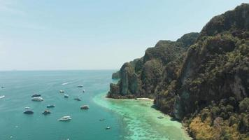 Calcaire imposant bloqué par le rivage qui s'enroule autour de l'île paradisiaque de Ko Phi Phi Don, Thaïlande - coup de survol aérien video