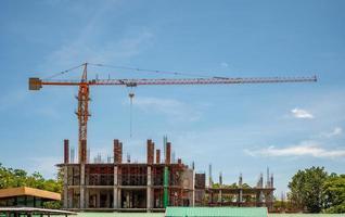 los trabajadores de la construcción están construyendo edificios y estructuras foto