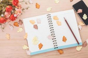 cuaderno de espiral sobre fondo de madera foto