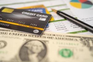 tarjeta de crédito en papel de hoja de cálculo foto