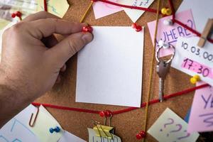 concepto de búsqueda un tablero de detectives con evidencia foto