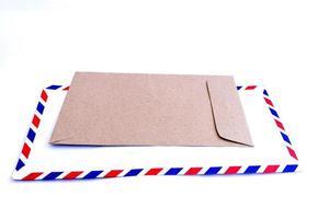 Sobres de documentos y sobres vacíos sobre fondo blanco. foto