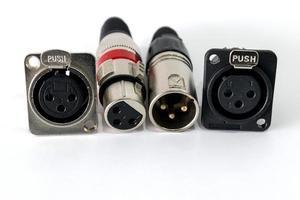 Conector XLR sobre fondo blanco. foto