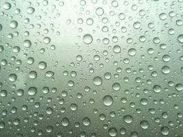 gota de rocío de lluvia sobre un fondo de color verde foto