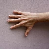 mano gesticulando en la pared rosa foto