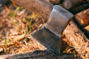 leña y hacha en madera foto