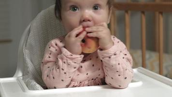 kleines Kind Mädchen, das einen Apfel isst video